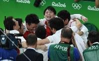 体操男子団体総合で金メダルが確定し、笑顔で電光掲示板を見上げる内村航平=リオデジャネイロのリオ五輪アリーナで2016年8月8日、三浦博之撮影