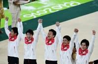 体操男子団体総合で金メダルを獲得し、表彰台で喜ぶ内村航平(左から2人目)ら=リオデジャネイロのリオ五輪アリーナで2016年8月8日、三浦博之撮影