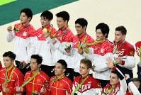 体操男子団体総合で金メダルを獲得し、笑顔で記念撮影に応じる(後列左から)山室光史、内村航平、田中佑典、白井健三、加藤凌平=リオデジャネイロのリオ五輪アリーナで2016年8月8日、三浦博之撮影