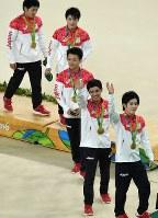 体操男子団体総合で金メダルを獲得し、表彰式を後にする(手前から)加藤凌平、白井健三、田中佑典、内村航平、山室光史=リオデジャネイロのリオ五輪アリーナで2016年8月8日、三浦博之撮影