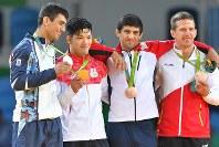 柔道男子73キロ級で優勝し、金メダルを手に記念撮影に応じる大野将平(左から2人目)=リオデジャネイロのカリオカアリーナで2016年8月8日、和田大典撮影