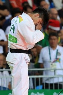 柔道男子73キロ級決勝でルスタム・オルジョイに勝利し、目頭を押さえる大野将平=リオデジャネイロのカリオカアリーナで2016年8月8日、梅村直承撮影