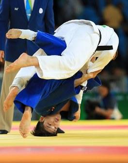 柔道男子73キロ級準決勝で、ベルギーのディルク・バンティヘルト(上)を攻める大野将平=リオデジャネイロのカリオカアリーナで2016年8月8日、梅村直承撮影