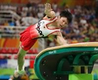 内村航平の跳馬の演技=リオデジャネイロのリオ五輪アリーナで2016年8月8日、小川昌宏撮影