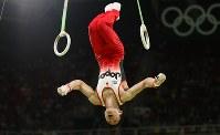 体操男子団体決勝での内村航平の吊り輪の演技=リオデジャネイロのリオ五輪アリーナで2016年8月8日、小川昌宏撮影