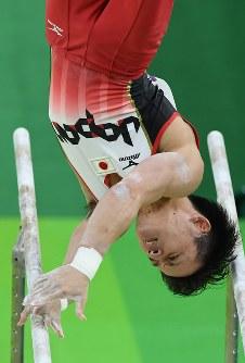 田中佑典の平行棒の演技=リオデジャネイロのリオ五輪アリーナで2016年8月8日、三浦博之撮影