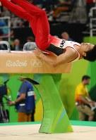 あん馬の演技で落下する山室光史=リオデジャネイロのリオ五輪アリーナで2016年8月8日、小川昌宏撮影
