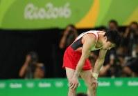 最終種目・床運動の演技を終え、膝に手をついてかがみ込む内村航平=リオデジャネイロのリオ五輪アリーナで2016年8月8日、小川昌宏撮影