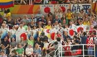 最終種目となった床運動での内村航平の演技の前に、声援を送る応援団=リオデジャネイロのリオ五輪アリーナで2016年8月8日、小川昌宏撮影