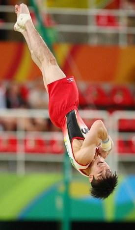 内村航平の床運動の演技=リオデジャネイロのリオ五輪アリーナで2016年8月8日、小川昌宏撮影