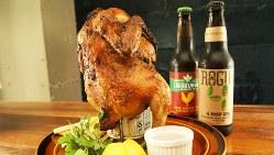 「ビア缶チキン」(1880円税別、以下同)は、ビール缶に丸鶏を刺してオーブンでじっくり焼き上げる