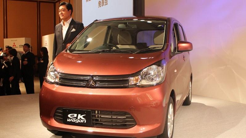 新型軽自動車の発表会で「eKワゴン」とともに登壇した益子修社長(肩書きは当時)=2013年6月6日、松倉佑輔撮影