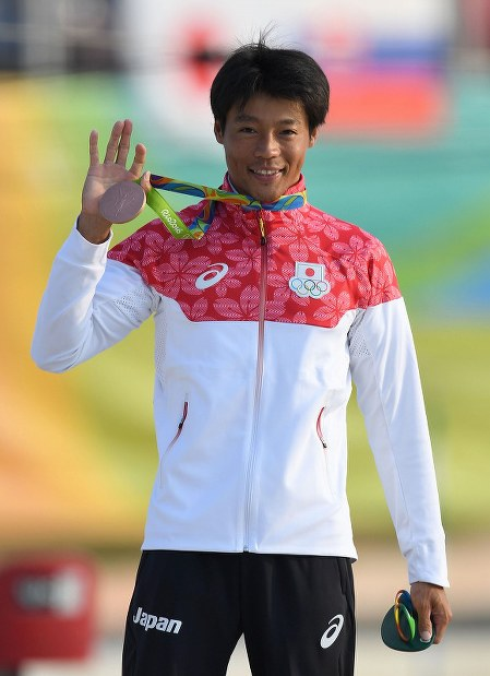 銅メダルを獲得し、表彰式で笑顔を見せる羽根田卓也=リオデジャネイロのホワイトウオーター競技場で2016年8月9日、三浦博之撮影