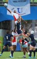 【日本―英国】後半、ラインアウトのボールに手を伸ばす副島亀里ララボウラティアナラ(中央奥)=リオデジャネイロのデオドロ競技場で2016年8月9日、小川昌宏撮影