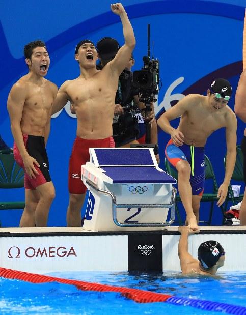 競泳男子800メートルリレー決勝で3位となり喜ぶ松田丈志(手前)、(奥左から)萩野公介、小堀勇気、江原騎士の日本チーム=リオデジャネイロの五輪水泳競技場で2016年8月9日、梅村直承撮影