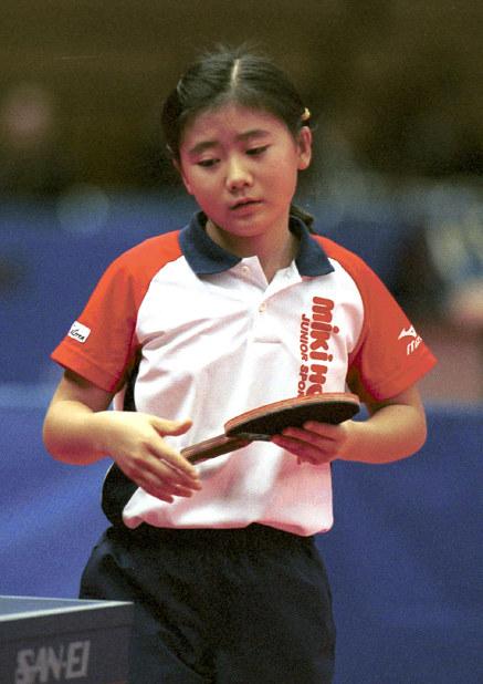 卓球の全日本選手権5回戦でストレートで敗れ、肩を落とす福原愛=名古屋市総合体育館レインボーホールで2000年12月15日、大竹禎之写す