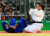 Having brought down Colombia's Yuri Alvear (in blue) in the women's 70-kg-division finals, judoka Haruka Tachimoto covers her face with her hands at Carioca Arena in Rio de Janeiro, on Aug. 10, 2016. (Mainichi Photo/Naotsune Umemura)