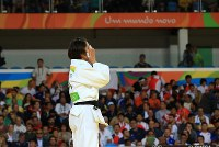 Judoka Haruka Tachimoto covers her face after clinching the gold in the women's 70-kg division at Carioca Arena in Rio de Janeiro, on Aug. 10, 2016. (Mainichi Photo/Naotsune Umemura)