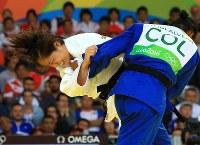 Judoka Haruka Tachimoto (in white) grapples with Colombia's Yuri Alvear in the women's 70-kg-division finals at Carioca Arena in Rio de Janeiro on Aug. 10, 2016. (Mainichi Photo/Naotsune Umemura)