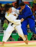 Judoka Haruka Tachimoto (in white) grapples with Colombia's Yuri Alvear in the women's 70-kg-division finals at Carioca Arena in Rio de Janeiro, on Aug. 10, 2016. (Mainichi Photo/Naotsune Umemura)