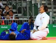 Having brought down Colombia's Yuri Alvear (in blue) in the women's 70-kg-division finals, judoka Haruka Tachimoto captures the gold at Carioca Arena in Rio de Janeiro, on Aug. 10, 2016. (Mainichi Photo/Naotsune Umemura)