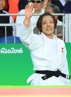女子70キロ級決勝で優勝を決め、声援に応える田知本遥=リオデジャネイロのカリオカアリーナで2016年8月10日、梅村直承撮影