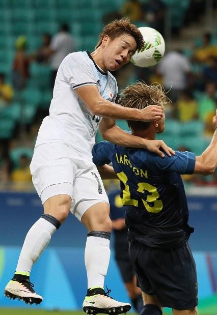 【日本-スウェーデン】前半、ゴール前で競り合う浅野(左)=ブラジル・サルバドルのフォンチノバ・アリーナで2016年8月10日、山本晋撮影