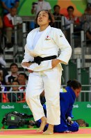 女子70キロ級決勝でコロンビアのユリ・アルベアル(奥)を降し、目を閉じる田知本遥=リオデジャネイロのカリオカアリーナで2016年8月10日、梅村直承撮影