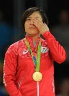 表彰台で金メダルを胸に涙をぬぐう女子70キロ級の田知本遥=リオデジャネイロのカリオカアリーナで2016年8月10日、梅村直承撮影