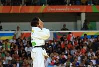 女子70キロ級決勝に勝利し顔を覆う田知本遥=リオデジャネイロのカリオカアリーナで2016年8月10日、梅村直承撮影