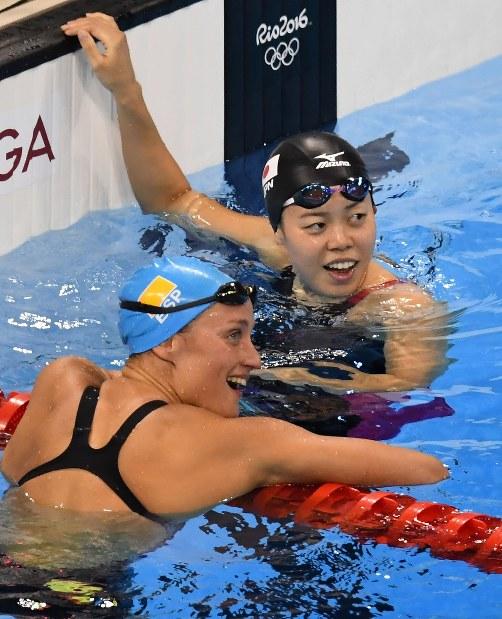 競泳女子200メートルバタフライ決勝、3位でフィニッシュし、笑顔で電光掲示板を見る星奈津美=リオデジャネイロの五輪水泳競技場で2016年8月10日、三浦博之撮影