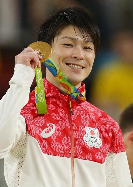 体操男子個人総合決勝で優勝し、金メダルを手に笑顔の内村航平=リオデジャネイロのリオ五輪アリーナで2016年8月10日、小川昌宏撮影