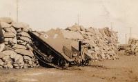展示写真「土のうを駆け上がる戦車」=滋賀県長浜市の浅井歴史民俗資料館提供