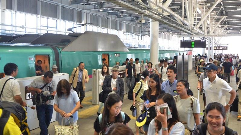 帰省ラッシュで混雑する北海道新幹線新函館北斗駅のホーム=北海道北斗市で2016年8月11日