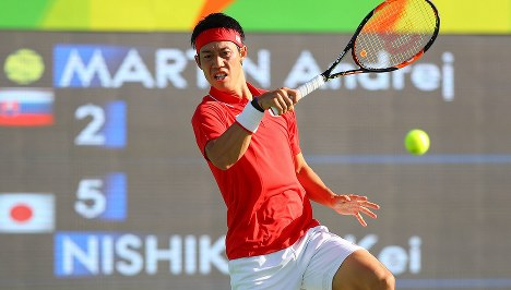 男子シングルス3回戦第1セット、打ち合う錦織圭=リオデジャネイロの五輪テニスセンターで2016年8月11日、小川昌宏撮影