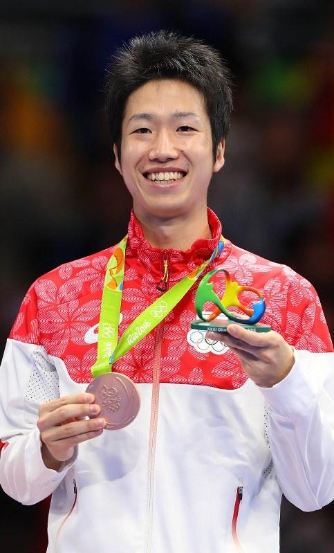 卓球男子シングルスで3位となり、銅メダルを胸に笑顔の水谷隼=リオデジャネイロのリオ中央体育館で2016年8月11日、小川昌宏撮影