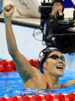 競泳女子200メートル平泳ぎ決勝を制し、拳を突き上げる金藤理絵=リオデジャネイロの五輪水泳競技場で2016年8月11日、梅村直承撮影