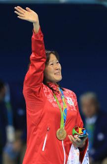 競泳女子200メートル平泳ぎ決勝を制し声援に応える金藤理絵=リオデジャネイロの五輪水泳競技場で2016年8月11日、梅村直承撮影