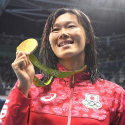 競泳女子200メートル平泳ぎの金メダルを手に笑顔を見せる金藤理絵=リオデジャネイロの五輪水泳競技場で2016年8月11日、和田大典撮影