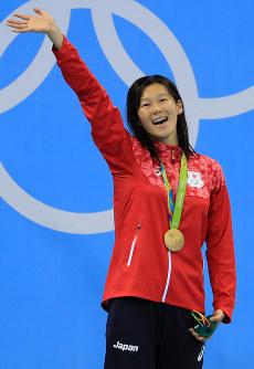 競泳女子200メートル平泳ぎの表彰台で金メダルを下げ、大きく手を振る金藤理絵=リオデジャネイロの五輪水泳競技場で2016年8月11日、梅村直承撮影