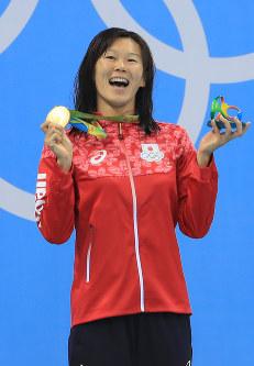 競泳女子200メートル平泳ぎの表彰台で金メダルを掲げる金藤理絵=リオデジャネイロの五輪水泳競技場で2016年8月11日、梅村直承撮影