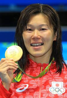 競泳女子200メートル平泳ぎ表彰式の後、金メダルを手にする金藤理絵。目には光るものがあった=リオデジャネイロの五輪水泳競技場で2016年8月11日、梅村直承撮影