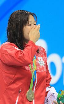 競泳女子200メートル平泳ぎの表彰式後、金メダルを胸に涙がこらえきれなくなる金藤理絵=リオデジャネイロの五輪水泳競技場で2016年8月11日、梅村直承撮影