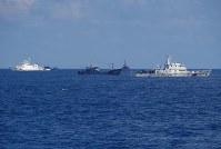 沖縄県・尖閣諸島周辺を航行する中国公船と漁船=2016年8月6日午前、海上保安庁提供