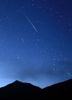 夜明け間際の空に現れたペルセウス座流星群の流れ星=北海道美瑛町の望岳台で2016年8月13日午前3時20分、手塚耕一郎撮影