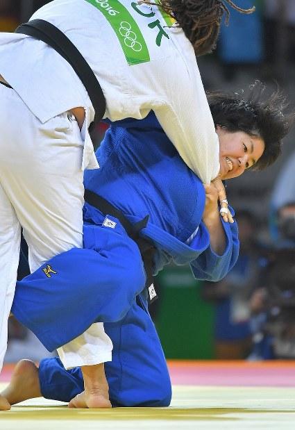 柔道女子78キロ超級3位決定戦でトルコのカイラ・サイトから技ありを奪う山部佳苗=リオデジャネイロのカリオカアリーナで2016年8月12日、和田大典撮影