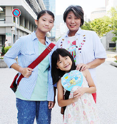 The berrysの苺さん(手前)、マリアさん(左)姉妹と母さおりさん=神戸市中央区で、木田智佳子撮影