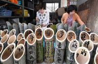 名取市の愛島東部仮設住宅であるお盆の追悼行事に使われる竹灯籠=神戸市灘区で、大西岳彦撮影