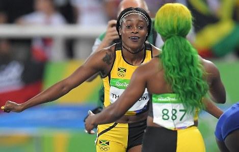 女子100メートル決勝、ジャマイカのシェリーアン・フレーザープライス(手前)を抑え、優勝したエレン・トンプソン=リオデジャネイロの五輪スタジアムで2016年8月13日、和田大典撮影