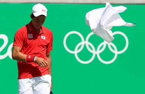 【テニス】男子シングルス準決勝第1セット、アンディ・マリーと対戦し、汗をぬぐったタオルを投げる錦織圭=リオデジャネイロの五輪テニスセンターで2016年8月13日、小川昌宏撮影